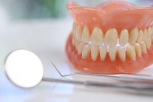 Die direkte Unterfütterung erfolgt in der Zahnarztpraxis