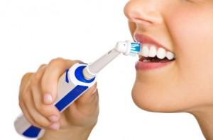 Elektrische Zahnbürsten reinigen bei richtiger Anwendung besser als manuelle Handzahnbürsten.