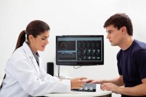 Zahnärztin und Patient besprechen eine Implantation