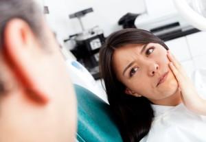 Fehlende Zahnkronen können Schmerzen verursachen
