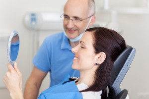 Patientin und Zahnarzt sind mit dem Ergebnis zufrieden