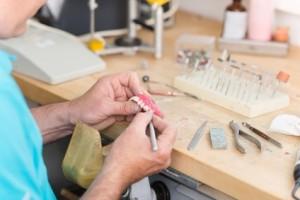 Zahntechniker repariert den Zahnersatz
